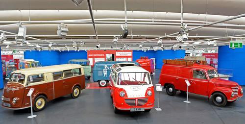 70 Jahre Bulli-Republik: Blick auf die ausgestellte Transportervielfalt der Wirtschaftswunderzeit.