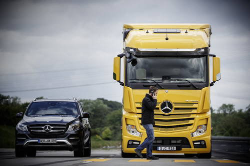 Actros mit Active Brake Assist 4 und Abbiege-Assistent.