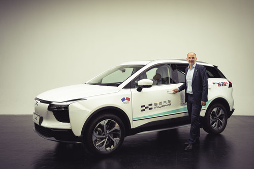 Aiways U5: Alexander Klose, Vice President of Oversea Operations Aiways vor dem Elektro-SUV U5.