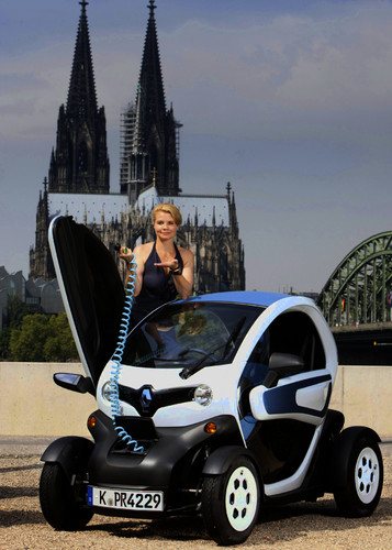 Anette Frier fährt Renault Twizy.