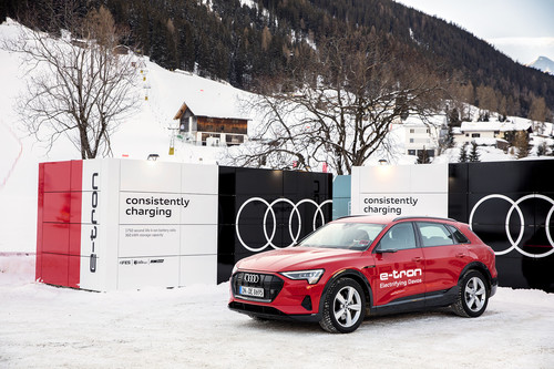 Audi e-Tron an mobilen Container-Ladestationen in Davos.