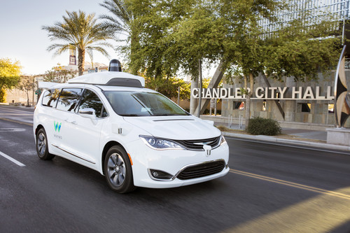 Autonomer Chrysler Pacifica Hybrid für Waymo unterwegs in Chandler.