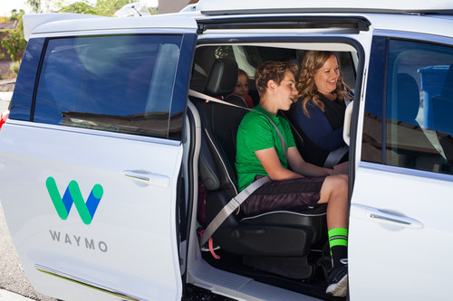 Autonomer Minivan Chrysler Pacifica Hybrid für Waymo unterwegs in Chandler.