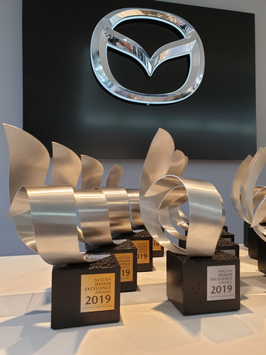 """Dealer Excellence Award"" von Mazda."