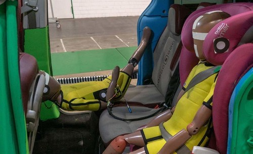 Dekra-Crashtest mit Kindersitzen.
