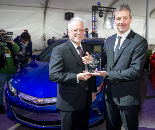 "Der Chevrolet Volt ist ""Green Car of the Year 2016"": Marketingdirektor Steve Majoros (r.) nimmt die Auszeichnung von ""Green Car Journal""-Herausgeber Ron Cogan entgegen."