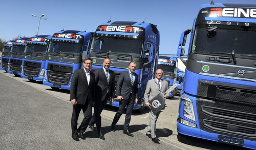 Die ersten von 50 Volvo FH für Reinert Logistics (v.l.): André Schurmann (Popp-Geschäftsleitung), Niels-Jørgen Jensen (Director Commercial Trucks Volvo Trucks), Speditionsgeschäftsführer René Reinert und Michael Mielke (Manager Private Dealer Sales, Volvo Group Trucks Central Europe).