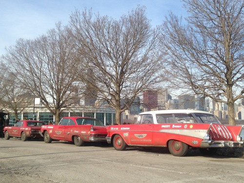 """Drive Home"" (v.l.): Ford Mustang (1966), Chrysler 300 G (1961) und Chevrolet Nomad."