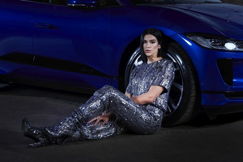 Dua Lipa am Jaguar I-Pace.