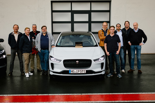 "Ein Teil der Jury des ""German Car of the Year""-Awards mit dem Siegerauto."