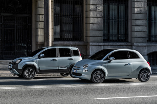Fiat 500 Hybrid Launch Edition (rechts) und Panda Hybrid Launch Edition.