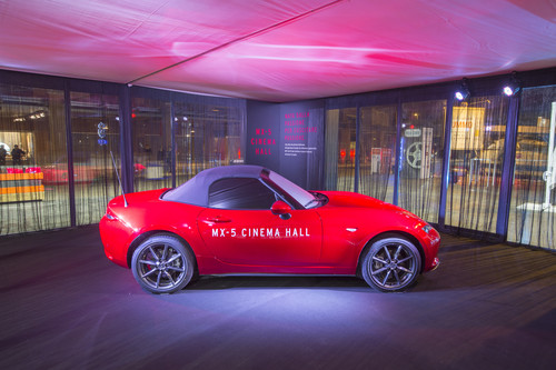 """Friends of MX-5"" reisen im Roadster zum Internationalen Filmfestival von Rom."