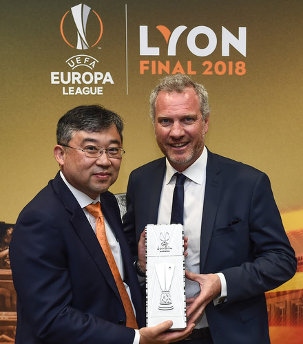 Han-Jun Kim, Präsident, Hankook Tire Europe, Guy-Laurent Epstein, UEFA Marketing Director.