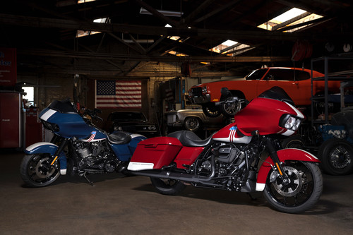 "Harley-Davidson Road Glide Special in den Farbvarianten ""Billiard Red and Stone Washed White"" und ""Billiard Blue and Stone Washed White"" (links)."