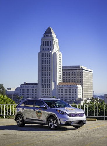 Kia Niro vor der Los Angeles City Hall.