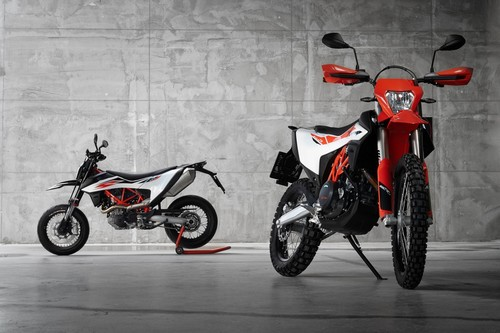 KTM 690 SMC R (links) und KTM 690 Enduro R.