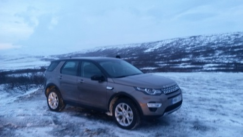 Land Rover Discovery Sport am Mittag.