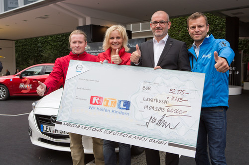 "Mazda spendete 60 000 Euro an ""RTL - Wir helfen Kindern"" (von links): Markenbotschafter Joey Kelly, RTL-Moderatorin Birte Karalus, Marketingdirektor Dino Damiano und Moderator Wolfgang Rother."