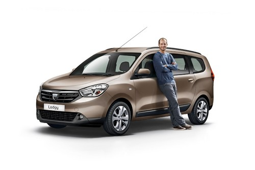 Mehmet Scholl am Dacia Lodgy.