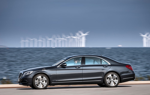 Mercedes-Benz S500 Plug-in vor Windkraftanlagen in Dänemark.