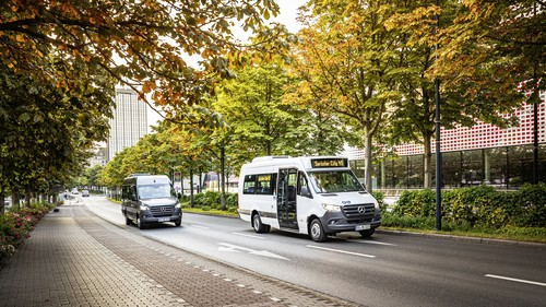 Mercedes-Benz Sprinter Transfer 45 (links) und City 45.