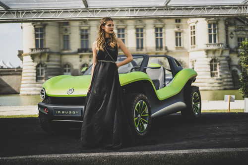 Model Charlotte und der Volkswagen ID Buggy in Chantilly 2019.