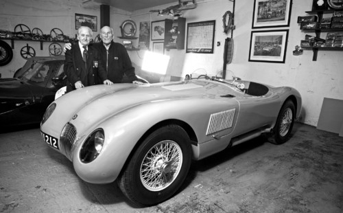 Norman Dewis (links) und Sir Stirling Moss mit dem Jaguar C-Type XKC005.