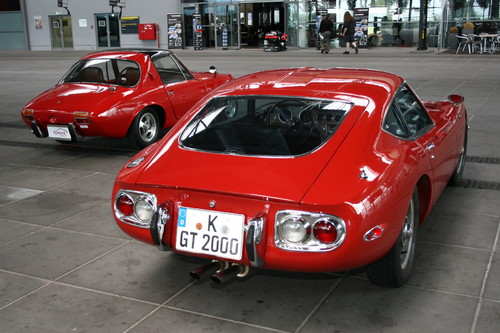 Toyota Sports 800 (links) und Toyota 2000 GT.