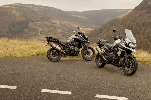 Triumph Tiger 1200 Desert Edition (l.) und Alpine Edition.