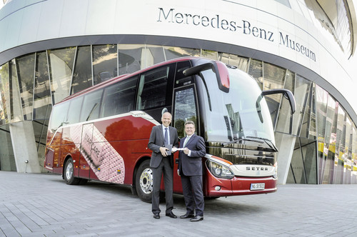 Ulrich Bastert, Leiter Marketing, Sales and After Sales Daimler Buses, übergibt den neuen S 511 HD für das Daimler-Versuchsgelände vor dem Stuttgarter Mercedes-Benz-Museum an Frank Deiss, Leiter des Mercedes-Benz-Werkes Untertürkheim.