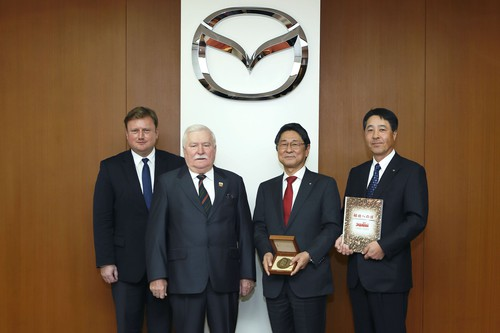 v.l.n.r.: Piotr Gulczyński, President of the Board of Executives, Lech Walesa Institute; Lech Walesa, Nobel Peace Laureate and former president of Poland; Mazda's Vice Chairman of the Board, Seita Kanai, and President and CEO of Mazda Motor Corporation, Masamichi Kogai.