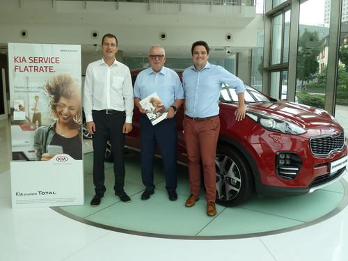 (von links): Christian Kranl, Senior Manager Parts, Accessories & Service Marketing, Kia Motors Deutschland, Bernhard Becklönne, Direktor Vertrieb, CG Car-Garantie Versicherungs-AG, Frederick Wilde, Manager Parts & Service Marketing Communication, Kia Motors Deutschland.