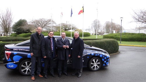 Von links: Stephan Herbst, General Manager Toyota Motor Europe, Marinus Van Greuningen, Head of service - Car Reservation Center at the European Parliament, Pablo Cardoso, EP Chauffeur and Didier Stevens, Senior Manager Toyota Motor Europe.