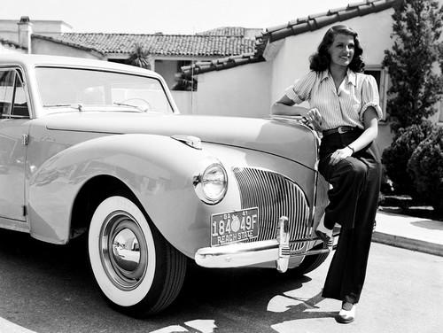 Rita Hayworth mit ihrem Lincoln Continental Coupé von 1941.
