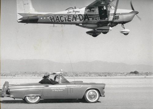 Cessna 172 beim Weltrekordflug in Nevada und ein Ford Thunderbid (1958).