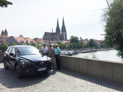 Der 50 000ste Mazda CX-5 in Deutschland (v.l.): Verkäufer Franz Schmidbauer, Kunde Heinrich Simbeck und Autohaus-Geschäftsführer Albert Schindlbeck.