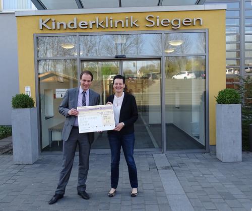 Steffen Gross, Marketingleiter der Dometic Group & Stefanie Wied, Geschäftsführerin der DRK-Kinderklinik Siegen bei der Spendenübergabe.