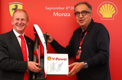 John Abbott, Shell Downstream Director, und Fiat-Chef Sergio Marchionne mit dem unterzeichneten Kooperationsabkommen (von links).