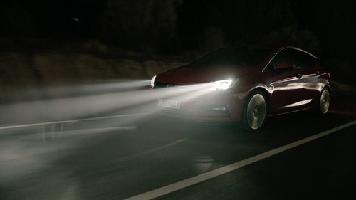 Opel Astra mit Intellilux-LED-Matrix-Licht.