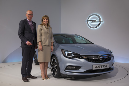 Opel-Chef Dr. Karl-Thomas Neumann und GM-Vorstandsvorsitzende Mary Barra präsentieren auf der 66. IAA den Opel Astra.