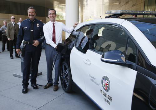 Polizeichef Charlie Beck und Bürgermeister Eric Garcetti mit dem BMW 3i für das Los Angeles Police Department.