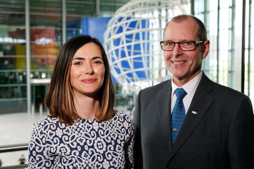 """Die """"StartUp Europe""""-Trainee Lucia Escorial Lopez mit Wolfgang Hering, Leiter der Internationalen Koordination Lieferantenaudit in der Qualitätssicherung (v.l.)."""