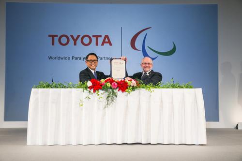Toyota unterstützt die Paralympischen Speuile bis 2024 (v.l.):.Toyota-Präsident Akio Toyoda und IPC-Präsident Sir Philip Craven.