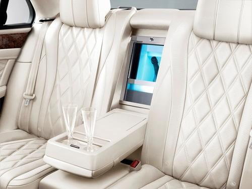 Bentley Flying Spur: Platz für den Champagner, gekühlt natürlich.