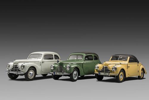 Am Dienstag, den 7. Mai 1946, wurde in Mladá Boleslav der erste Serienwagen der Modellreihe Skoda 1101 fertiggestellt. Am häufigsten wurde der Zweitürer gebaut, der dem Modell den Spitznamen ,Tudor' gab, beliebt waren aber auch Fahrzeuge mit den Karosserien Roadster und Cabriolet.