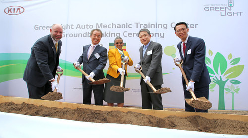Erster Spatenstich für das von Kia geförderte Ausbildungszentrum für Automechaniker in Addis Abeba zeigt (von links): Edward Brown (National Director von World Vision Ethiopia), In-Shik Kim (Präsident der Korea International Cooperation Agency), Roman Tesfay (Gattin von Äthiopiens Premierminister Hailemariam Desalegn), Hyundai-Motor-Präsident Jin-Haeng Chung und Soon-Nam Lee (Präsident der Kia-Regionalzentrale Middle East & Afrika).