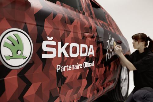 Skoda Kodiaq führt Fahrerfeld der Tour de France über die Ziellinie.
