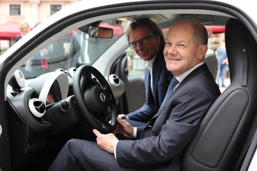 Hamburgs Bürgermeister Olaf Scholz und Klaus Entenmann Vorstandsvorsitzender der Daimler Financial Services AG haben ein Memorandum of Understanding zur urbanen Mobilität in der Hansestadt unterzeichnet