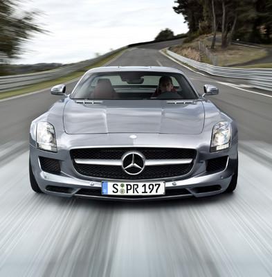Auch der Mercedes-Benz SLS AMG tritt zum virtuellen Rennen an ...