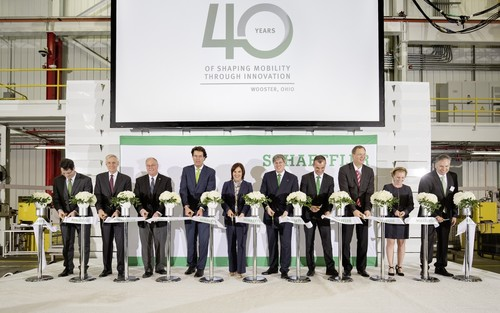 Schaeffler feiert die Erweiterung des Werkes in Wooster (v.l.): Patrick Lindemann (Vice President Transmission Systems), Bruce G. Warmbold (Regional CEO Americas), Bürgermeister Bob Breneman, Vorstandsvorsitzender Klaus Rosenfeld, Vize-Gouverneurin Mary Taylor, Aufsichtsratsvorsitzender Georg F. W. Schaeffler, Automotive-Vorstand Matthias Zink, Produktions- und Logistikvorstand Oliver Jung, Shelly Flint (Personalvorstand Transmission Systems & Automotive Aftermarket) und Marc McGrath.